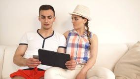 Pares con la tableta de la tarjeta de crédito metrajes