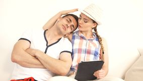 Pares con la tableta La mujer conforta a su novio metrajes