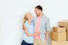 Pares con las cajas de cartón que se mueven al nuevo hogar Imagenes de archivo