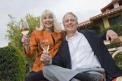 Pares con las copas de vino en jardín Fotos de archivo libres de regalías