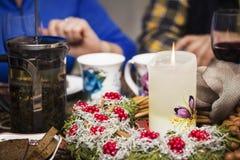 Pares con las copas de vino rojas y la vela ardiente Fotografía de archivo libre de regalías