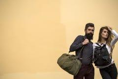 Pares con los bolsos Fotografía de archivo