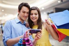 Pares con los bolsos de compras Foto de archivo libre de regalías