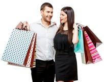 Pares con los bolsos de compras Fotos de archivo