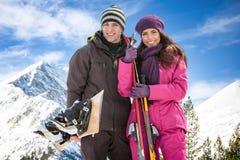 Pares con los esquís en nieve Imagen de archivo libre de regalías