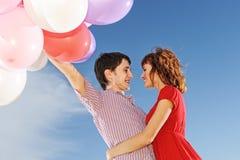 Pares con los globos coloridos Imagen de archivo