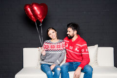 Pares con los globos rojos de los corazones Imágenes de archivo libres de regalías