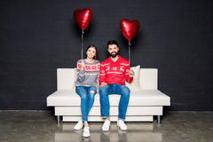 Pares con los globos rojos de los corazones Fotografía de archivo libre de regalías