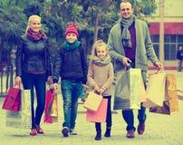 Pares con los niños en la calle de la ciudad Foto de archivo libre de regalías
