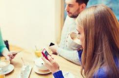 Pares con los smartphones que beben té Fotos de archivo