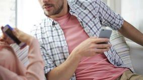Pares con los smartphones que mandan un SMS en casa almacen de video