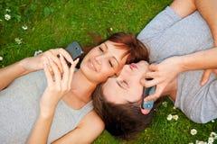 Pares con los teléfonos móviles al aire libre Fotos de archivo libres de regalías