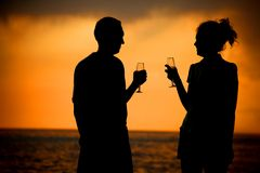 Pares con los vidrios en puesta del sol del mar Fotos de archivo