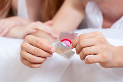 Pares con un condón Imágenes de archivo libres de regalías