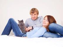 Pares con un gato Fotos de archivo libres de regalías