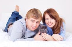 Pares con un gato Imagen de archivo