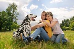 Pares con un perro Fotografía de archivo
