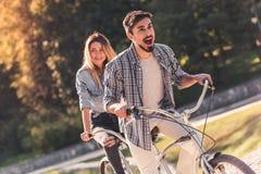 Pares con una bicicleta en tándem Fotografía de archivo libre de regalías