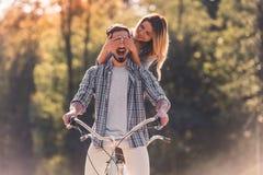 Pares con una bicicleta en tándem foto de archivo libre de regalías