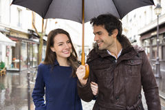 Pares consideráveis sob a chuva na rua Foto de Stock Royalty Free