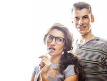 Pares consideravelmente adolescentes dos jovens, indivíduo do moderno com seu hap da amiga Fotos de Stock