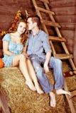 Pares consideravelmente novos que beijam e que datam no hayloft fotografia de stock royalty free