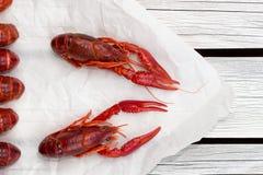 Pares cozinhados frescos de lagostins no fundo de madeira branco fotografia de stock royalty free