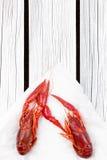 Pares cozinhados frescos de lagostins no fundo de madeira branco imagens de stock royalty free
