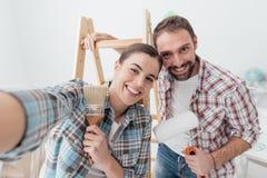 Pares creativos que renuevan su casa foto de archivo
