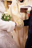 Pares cristianos de la boda en la iglesia católica Imágenes de archivo libres de regalías