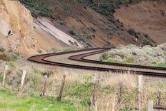 Pares curvados de pistas en montañas fotografía de archivo libre de regalías