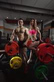 Pares da aptidão no gym fotos de stock