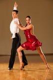 Pares da dança do Latino na ação - samba selvagem de dança imagens de stock royalty free
