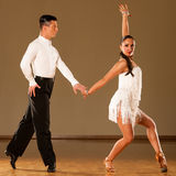 Pares da dança do Latino na ação - samba selvagem de dança Fotografia de Stock Royalty Free