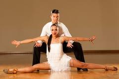 Pares da dança do Latino na ação - samba selvagem de dança Foto de Stock Royalty Free