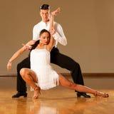 Pares da dança do Latino na ação - samba selvagem de dança Imagens de Stock