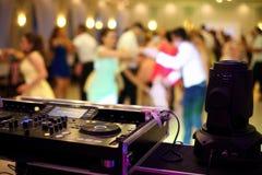 Pares da dança durante a celebração do partido ou do casamento foto de stock