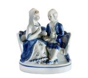 Pares da estatueta da porcelana no amor imagem de stock