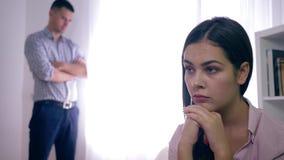 Pares da família que experimentam entendendo mal a traição após a discussão em fundo unfocused na sala brilhante video estoque