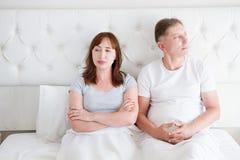 Pares da Idade Média com problema da discussão no relacionamento na cama no quarto Vida familiar Copie o espaço fotografia de stock royalty free