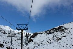Pares da lua de mel que viajam em um teleférico que aprecia a beleza cênico do vale da neve foto de stock
