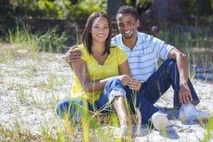 Pares da mulher & do homem do americano africano fora imagens de stock