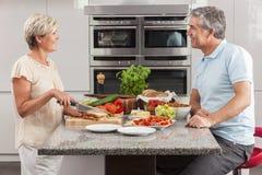 Pares da mulher do homem que fazem sanduíches na cozinha Imagens de Stock Royalty Free