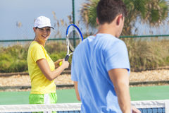 Pares da mulher do homem que jogam o tênis que tem a lição Imagens de Stock Royalty Free