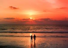 Pares da silhueta na opinião do por do sol Fotografia de Stock Royalty Free