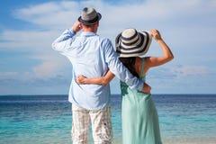 Pares das férias que andam na praia tropical Maldivas Foto de Stock Royalty Free