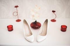 Pares das sapatas alto-colocadas saltos das mulheres bege isoladas em um branco Foto de Stock Royalty Free
