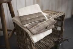 Pares das toalhas brancas com listra e Diamond Pattern bordados fotografia de stock