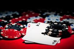 Pares de ás e de microplaquetas de póquer Fotografia de Stock Royalty Free