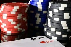 Pares de ás e de microplaquetas do póquer Foto de Stock
